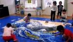 年長絵画(専門家から指導を受け、子供たちが描いた葛飾北斎の神奈川沖浪裏)